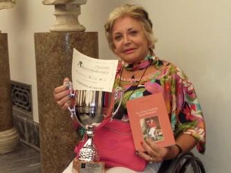 Paola con uno dei premi ricevuti per il suo libro