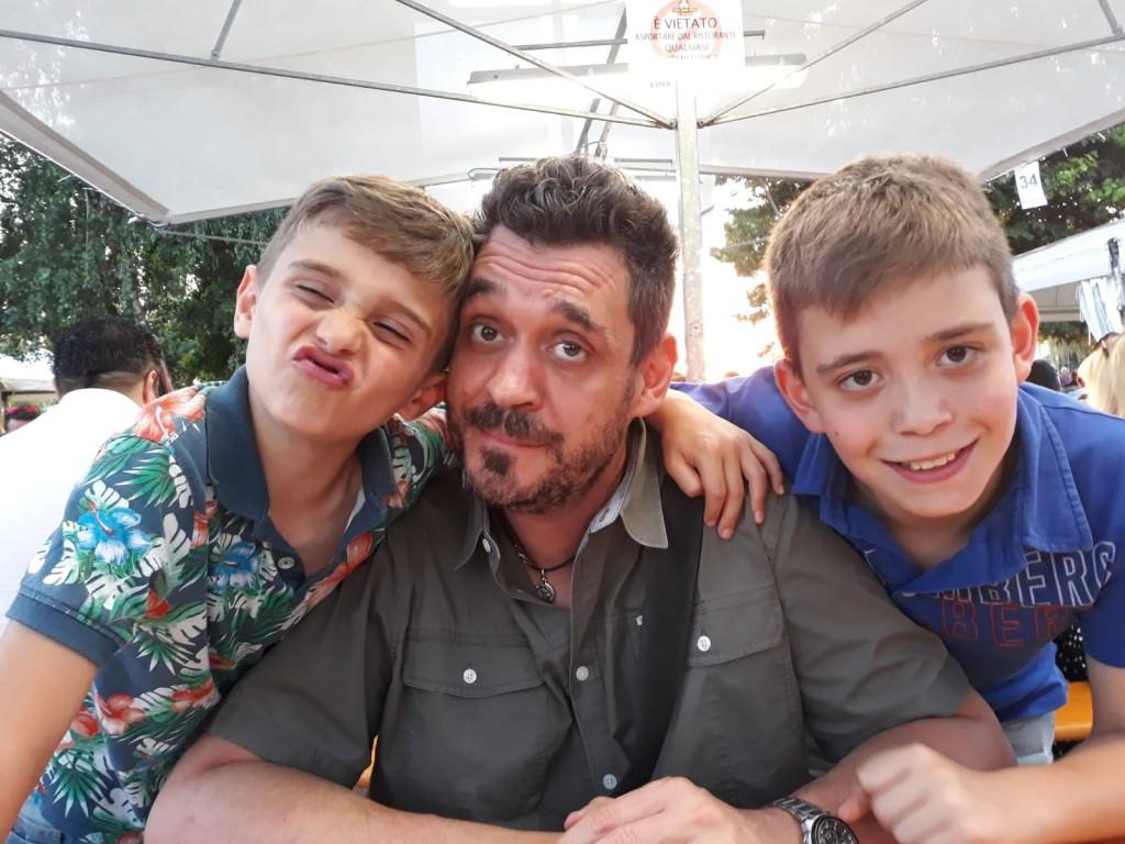 Oscar con i figli Rocco e Manuel, in una foto scattata dalla moglie Sabrina