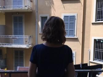 Donatella fotografata di spalle da suo figlio