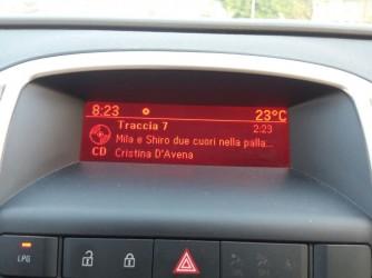 Il cruscotto dell'auto che non c'è più con la canzone più amata dai gemelli. Il cd è restato fra le lamiere