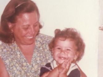 Laura con sua madre il giorno del suo primo compleanno