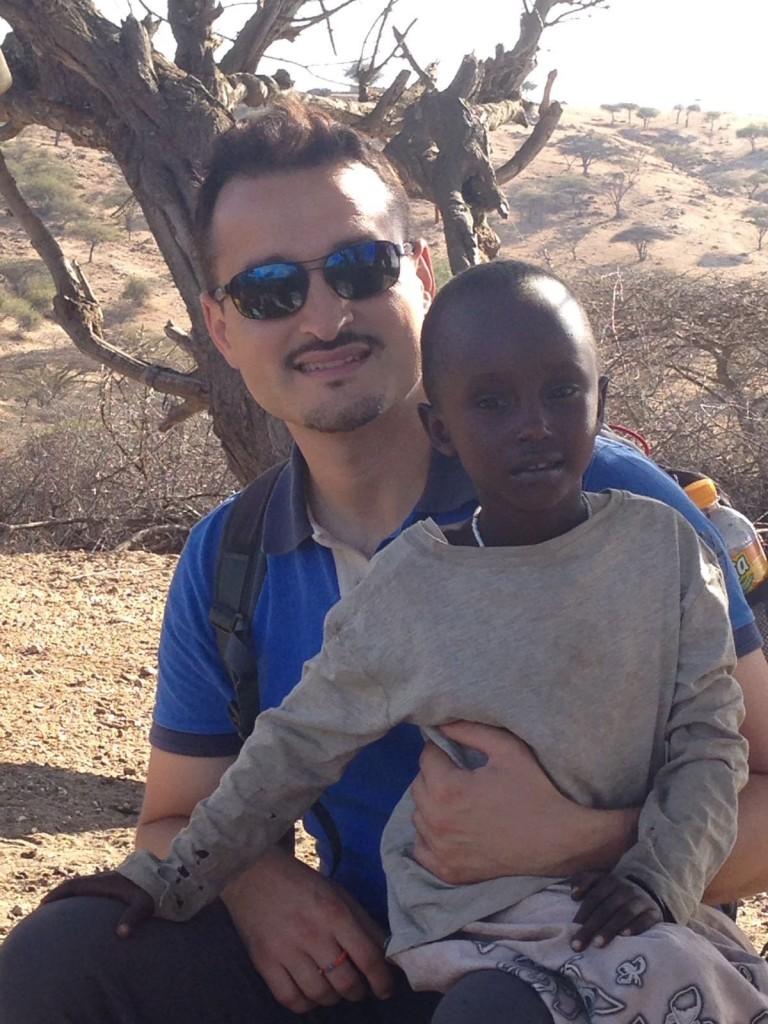 Alessandro con uno dei bambini della missione di Laare