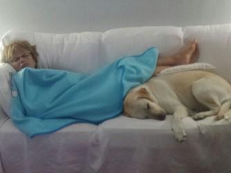 Alessandra e Bea addormentate insieme sul divano di casa