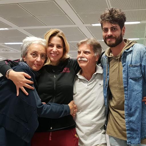 Sonia con i figli Clizia e Denis e il marito Maurizio in una foto scattata all'aeroporto