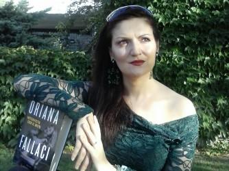 Ilaria in giardino con un libro che le è molto caro