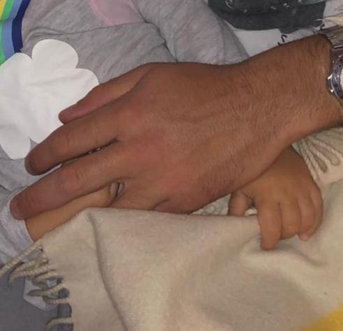 La mano di Andrea e quella di sua figlia