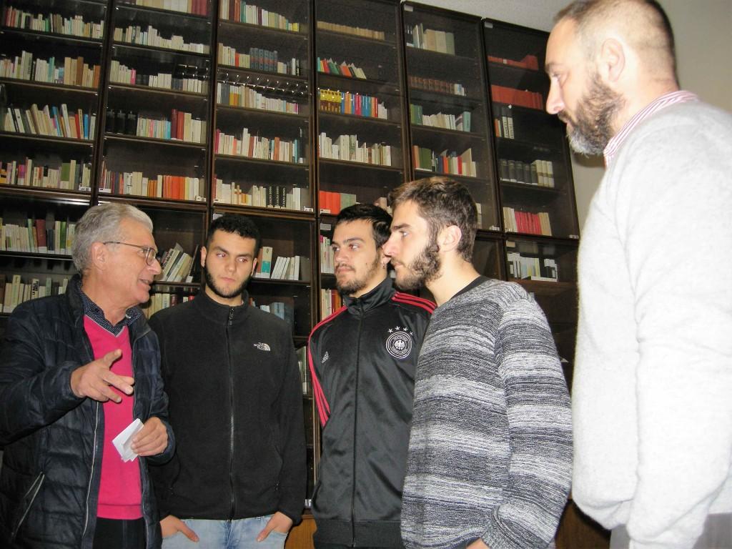 Giancarlo e alcuni studenti del quinto anno   che organizzaranno un evento sportivo per ricordare Mattia