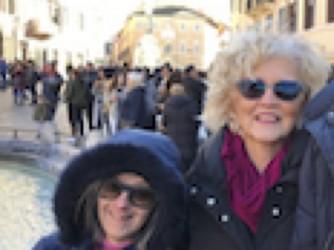 Donatella e Federica in piazza di Spagna a Roma