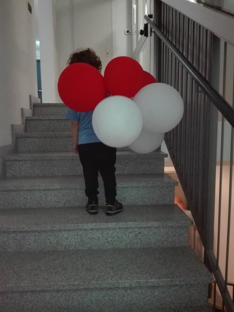 Un'immagine poetica, il figlio di Enrico con i suoi palloncini