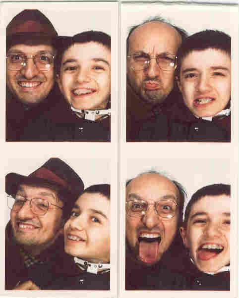 Luca e suo padre scherzano nella macchinetta delle fototessera