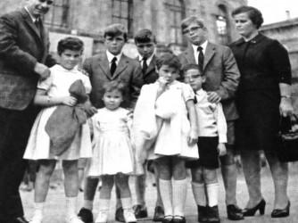 Liviano, sua moglie Isolina e i figli Giacomo, Giovanni, Paolo, Anna, Teresa, Pietro, Agnese in una foto di tanti anni fa