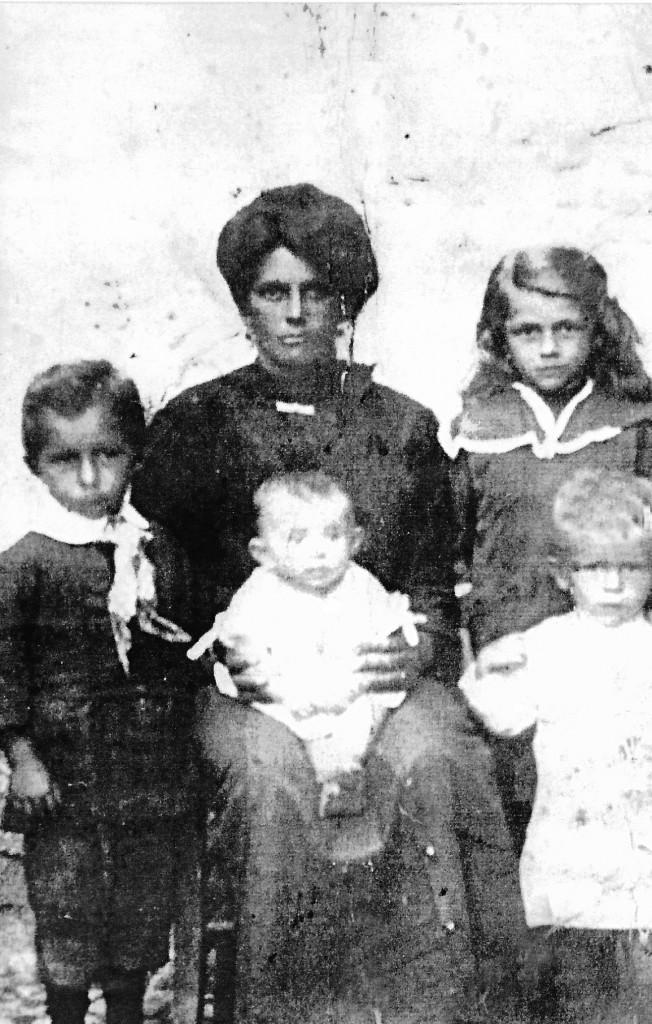 Nonna Marietta con quattro dei suoi sei figli: Luisa, Aldo, Lino e Livia, madre di Stefano