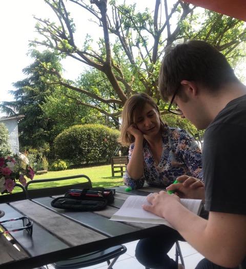 Loretta fa i compiti con suo figlio