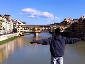 Abdou davanti al Ponte Vecchio a Firenze