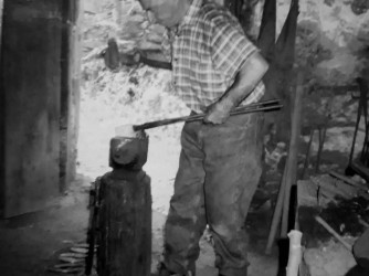 Zio Albino nella sua bottega in una foto di quasi 50 anni fa