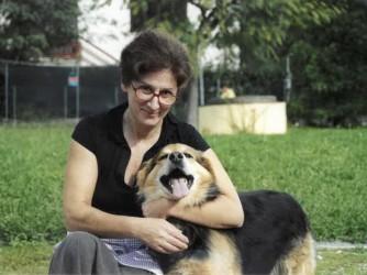 Daniela con Macchina, la sua canina sorda che i vicini hanno avvelenato