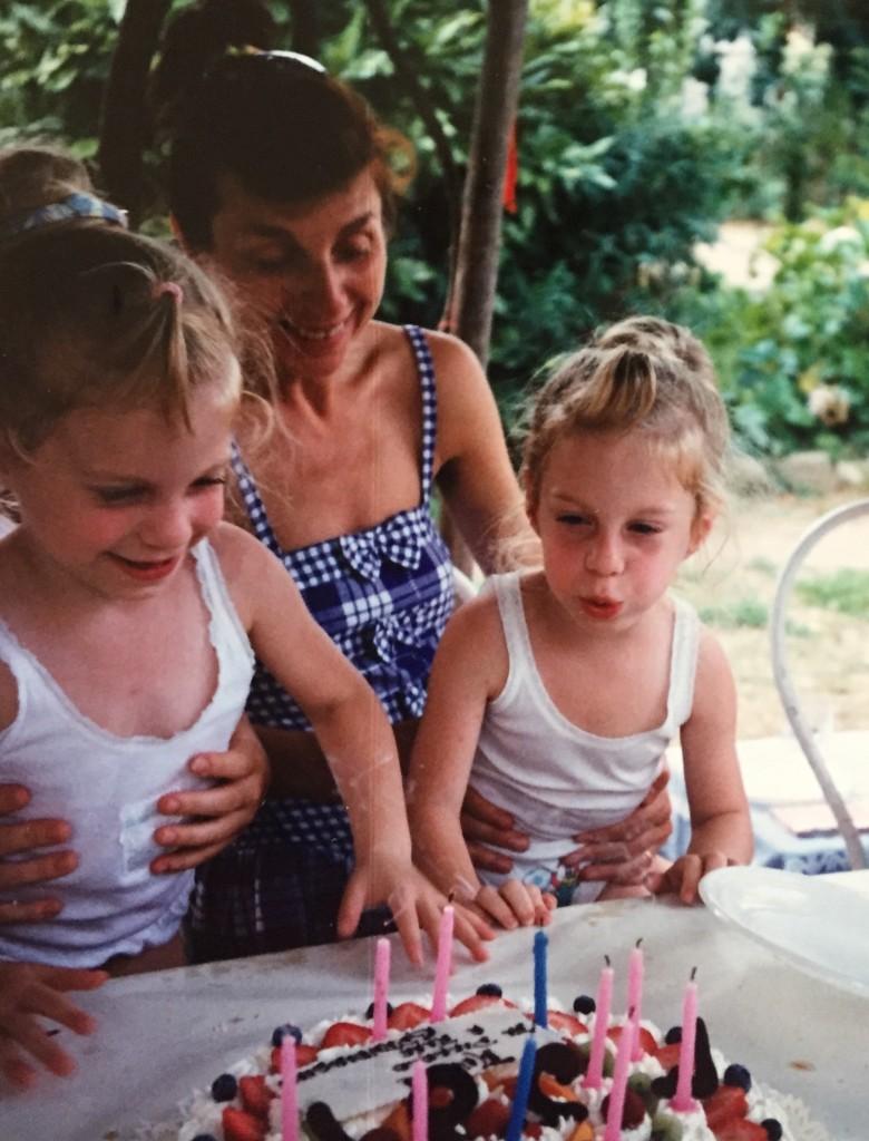 Francesca e Claudia con la loro mamma, Nietta, che oggi compie 80 anni
