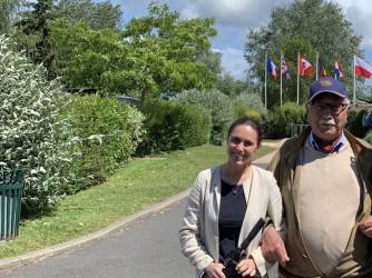 Valentina con Jacques, 94 anni, nonno del suo fidanzato Olivier e combattente in Normandia