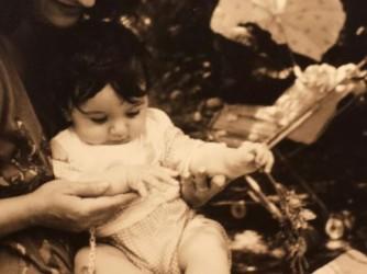 Chiara in braccio a sua madre Marisa in una foto degli Anni 90
