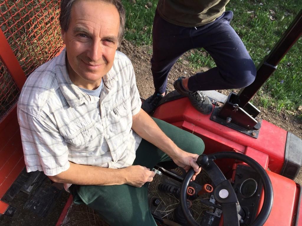 Paolo su un trattore in un momento di relax