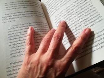 La  mano di Sandra su un libro, nonostante tutto crede nella cultura