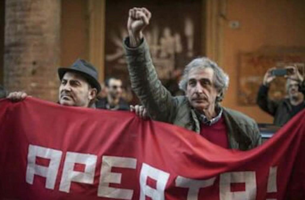 Stefano, con il pugno chiuso alzato, a una manifestazione