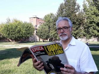 Michele con il numero della rivista Epoca con i servizi dello sbarco sulla Luna