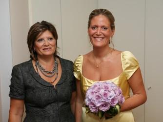 Emiliana il giorno del suo matrimonio, felice con sua madre Loredana