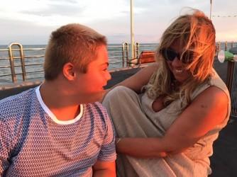Alessio con la sua mamma al mare
