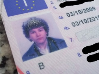 La foto sulla patente di Roberto mostra riccioli che ora non ci sono più