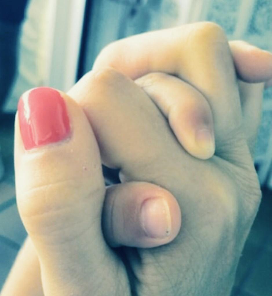 """Le mani di Andrea e suo figlio intrecciate: """"Aveva sette mesi e il ladro non era ancorav entrato in casa"""""""