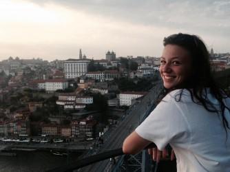 Benedetta studia alla Scuola interpreti di Trieste