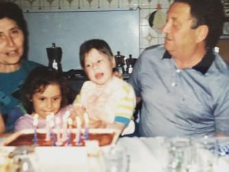Giulia con suo fratello Giacomo e i nonni Bruna e Mario
