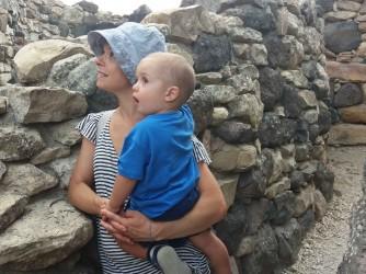 Emiliana in una foto che raccoglie le sue due anime con l'ultimo nato Lorenzo Maria nel sito archeologico di Barumini, patrimonio Unesco