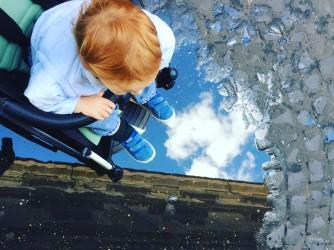 Una foto di Niciola a suo figlio Leone, un cielo di speranza sotto i suoi piedi