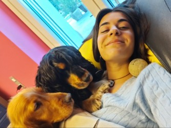 Margherita ama molto gli animali, qui è con i suoi due cani