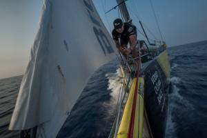 Lo scafo giallo di Team brunel di Bolzan 2. verso Auckland