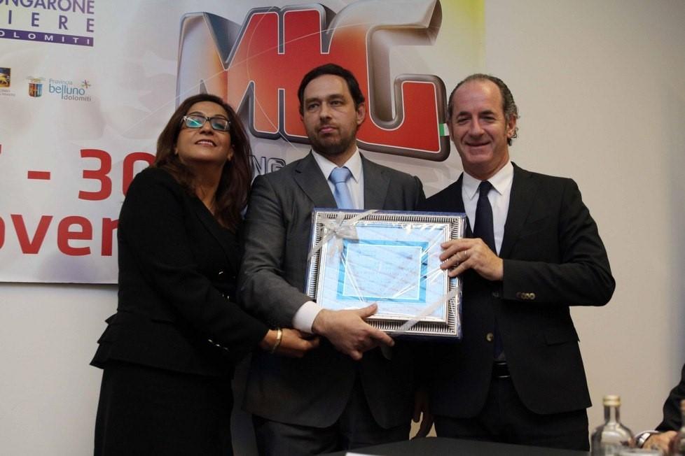 Il CEO Maggiolino mentre riceve il premio per l'innovazione dal gov. Luca Zaia.