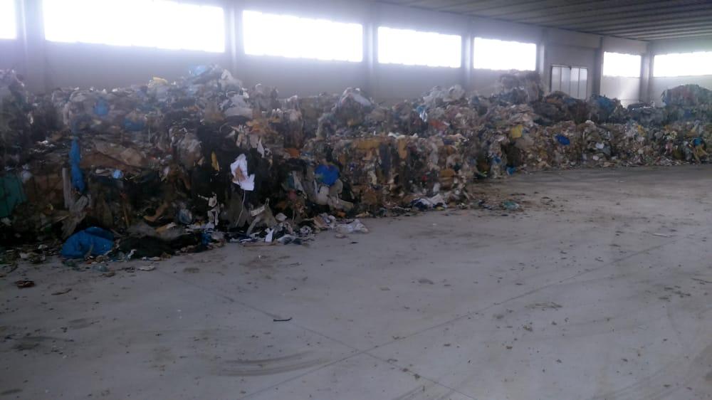foto rifiuti capannone asigliano veneto (vicenzatoday.it)