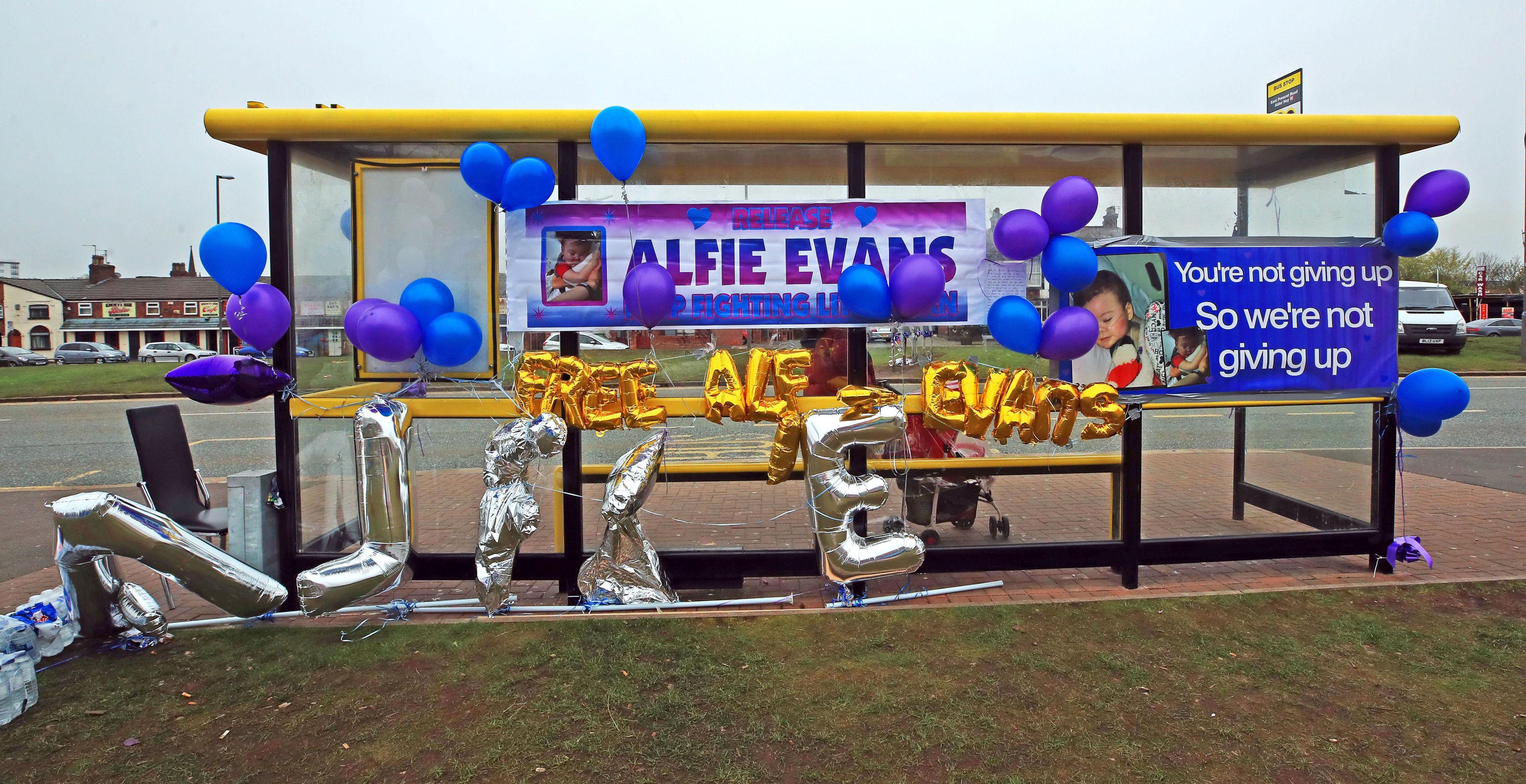 Solidarietà per Alfie Evans all'esterno dell'ospedale di Liverpool Solidarietà per Alfie Evans all'esterno dell'ospedale di Liverpool