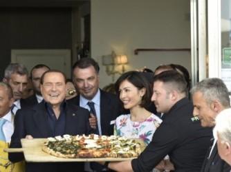 Silvio Berlusconi con Mara Carfagna durante una visita a Napoli nel 2015