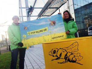 Banner Action Against Bayer Pesticide in Pollen Bienen Banner gegen Bayer Pestizide in Pollen
