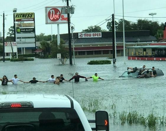human-chain-hurricane-harvey-houston-texas-1-59a7b318ad403__700-U4313010083208304aD-U43360580025124F3C-593x443@Corriere-Web-Sezioni