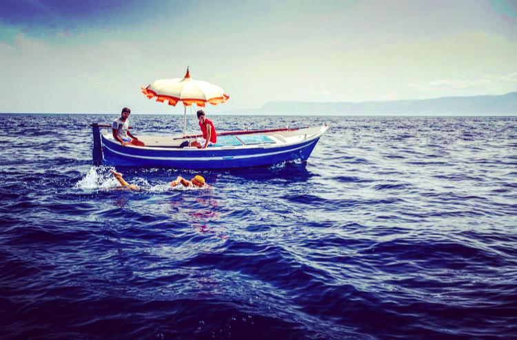 Un nuotatore sullo stretto di Messina