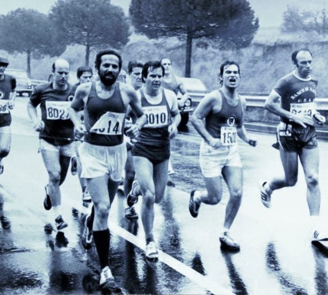 Un gruppo di atleti sulla Colombo alla seconda edizione della Roma Ostia del 1975 - foto archivio Luciano Duchi