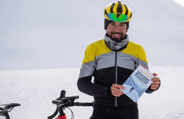 """Omar e il suo libro Pedalando nel silenzio di ghiaccio"""" edito da Rizzoli"""