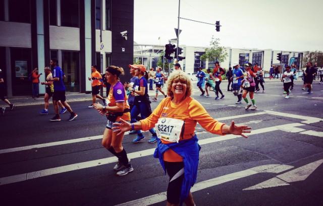 Giuseppina Madonna alla Maratona di Berlino con i colori della sua squadra la Podisitca Solidarietà