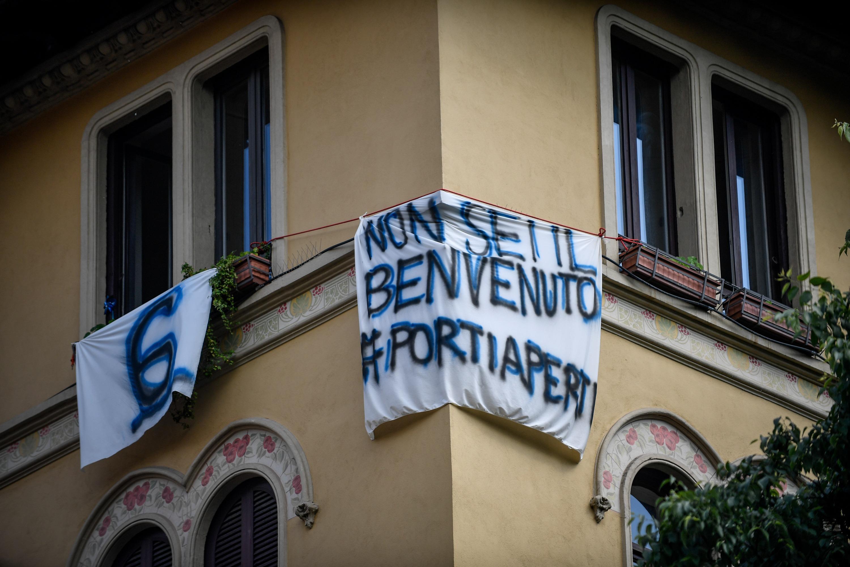 Striscioni contro Matteo Salvini a Milano