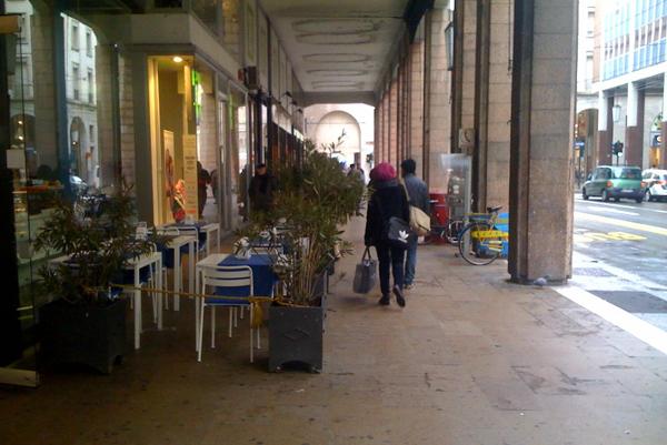 Via mazzini tavoli e piante sotto i portici parma for Bar ai portici