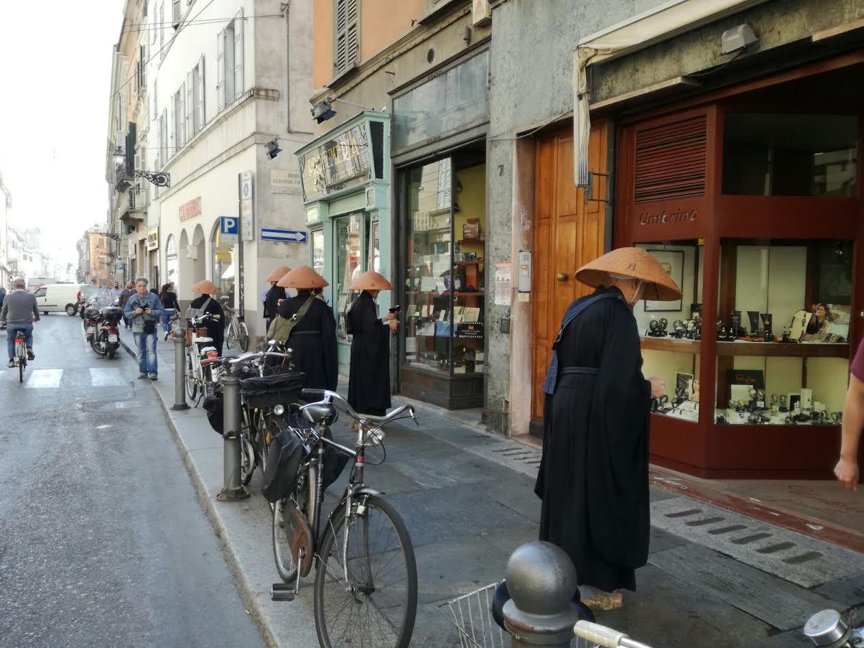 Monaci orientali in giro per il centro di Parma